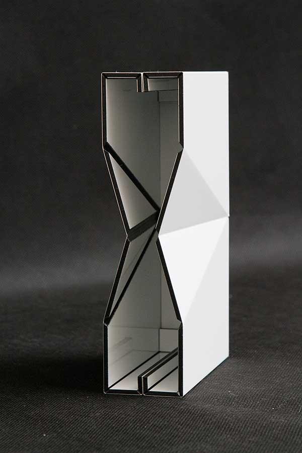 Stylizowana obudowa dekodera wycięta i frezowana aluminiowej, warstwowej płyty typu Dibond