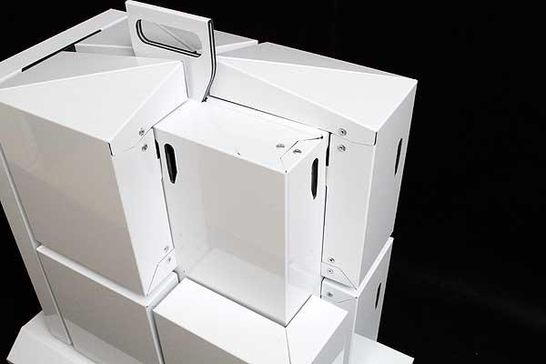 Próbnik paneli elewacyjnych wycięty z aluminiowych płyt warstowych pokazujący sposób wykonania narożników, paneli i zamknięć bocznych. Cięcie płyt elewacyjnych. Cięcie, frezowanie, wycinanie i obróbka Reynobondu