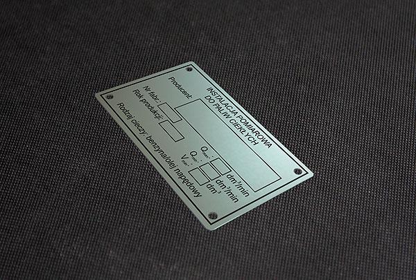 Tabliczka znamionowa aluminiuowa do instalacji pomiarowej do paliw ciekłych. Rozmiar 8 x 4 cm, grubość 0,5 mm