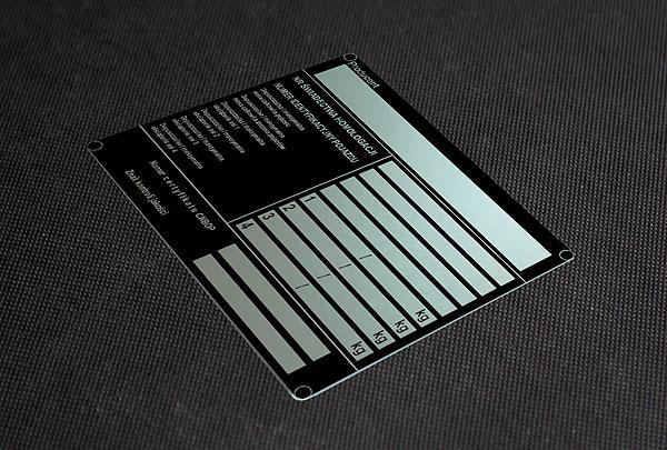 Aluminiowa nieścieralna i chemicznie odporana tabliczka homologacji, rozmiar 10 x 10 cm, grubość 0,5 mm.