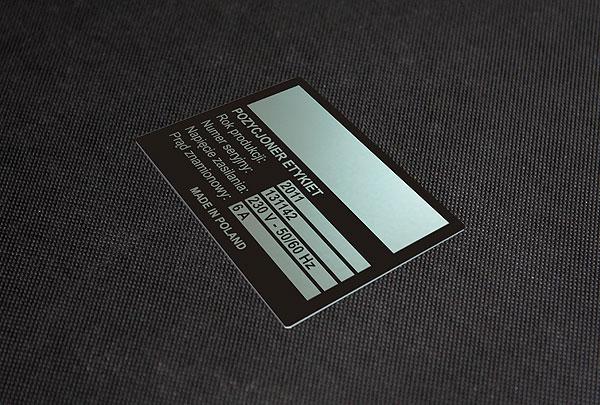 Nieścieralana i chemicznie odporna tabliczka znamionowa do pozycjonera etykiet. Rozmiar 8 x 4 cm. Grubość 0,5 mm