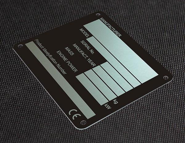 Metalowa tabliczka znamionowa na blasze aluminiowej do koparki, nieścieralna i chemicznie odporna. Rozmiar 9 x 4,5 cm. Grubość 0,5 mm