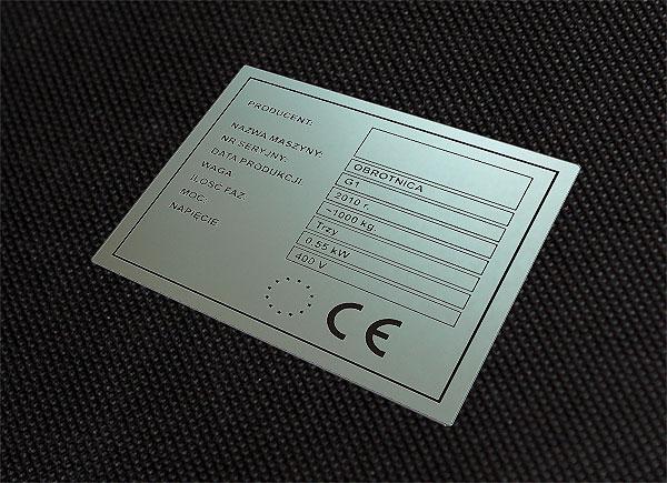 Chemicznie odporna, nieścieralna tabliczka znamionowa CE do obrotnicy. Rozmiar 8 x 4 cm. Grubość 0,5 mm