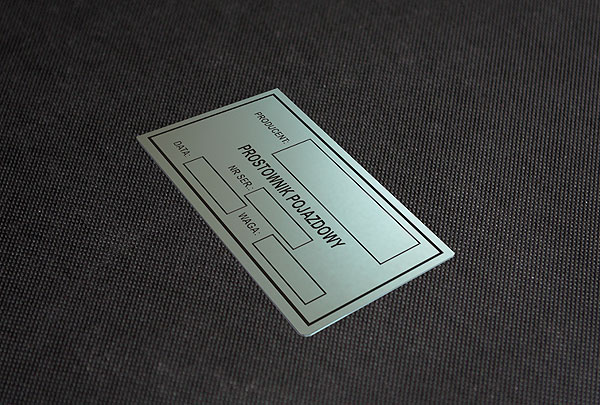Nieścieralna metalowa tabliczka znamionowa do prostownika pojazdowego. Rozmiar 8 x 3 cm. Grubość 0,5 mm