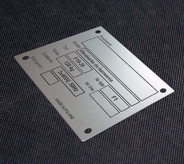 Tabliczka znamionowa wydrukowana na aluminium do obrabiarki do fazowania. Rozmiar 10 x 5 cm. Grubość 0,5 mm