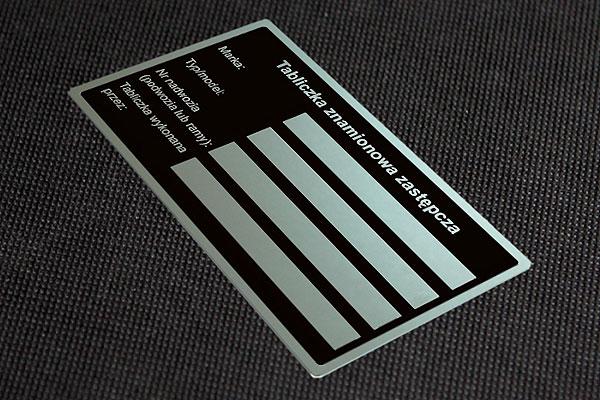 Zastępcza tabliczka znamionowa. Wzór 2 - CZARNA. Blacha aluminiowa o grubości 0,5 mm, nieścieralna i chemicznie odporna.