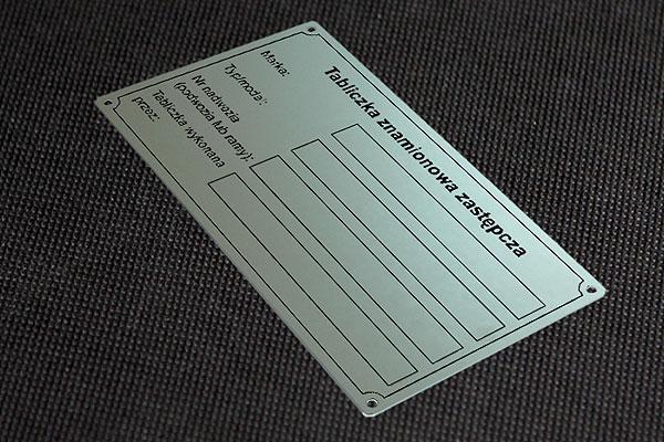 Zastępcza tabliczka znamionowa Wzór 3 - SREBRNA - Blacha aluminiowa o grubości 0,5 mm, nieścieralna i chemicznie odporna.