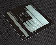 Metalowa tabliczka na blasze aluminiowej do koparki, nieścieralna i chemicznie odporna